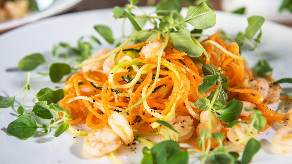 Salat mit Zucchini und Karotten